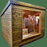 Moderne utendørs hage-badstue med glassfront